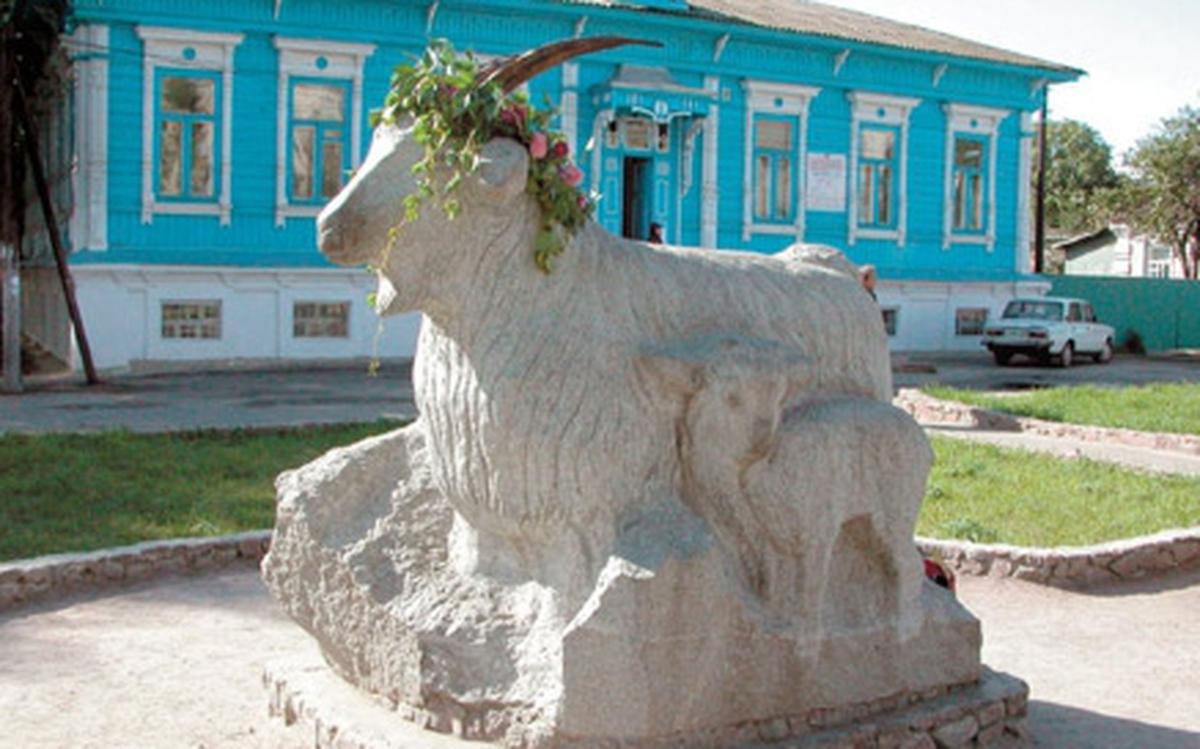 Памятник с ангелом Урюпинск Ваза. Габбро-диабаз Красносельская